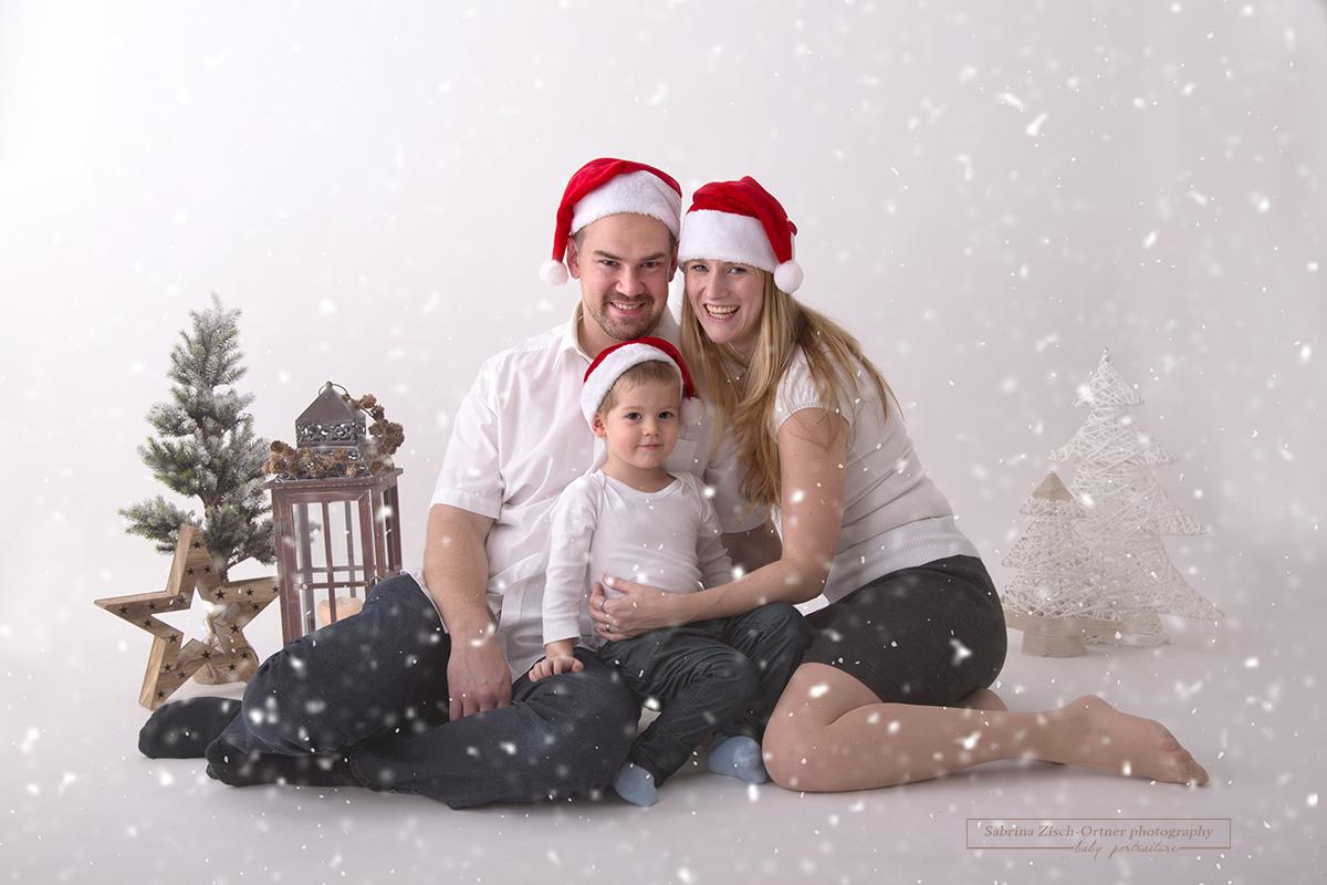 süßes Weihnachtsfoto mit roten Zipfelmützen im weihnachtlichen Setup