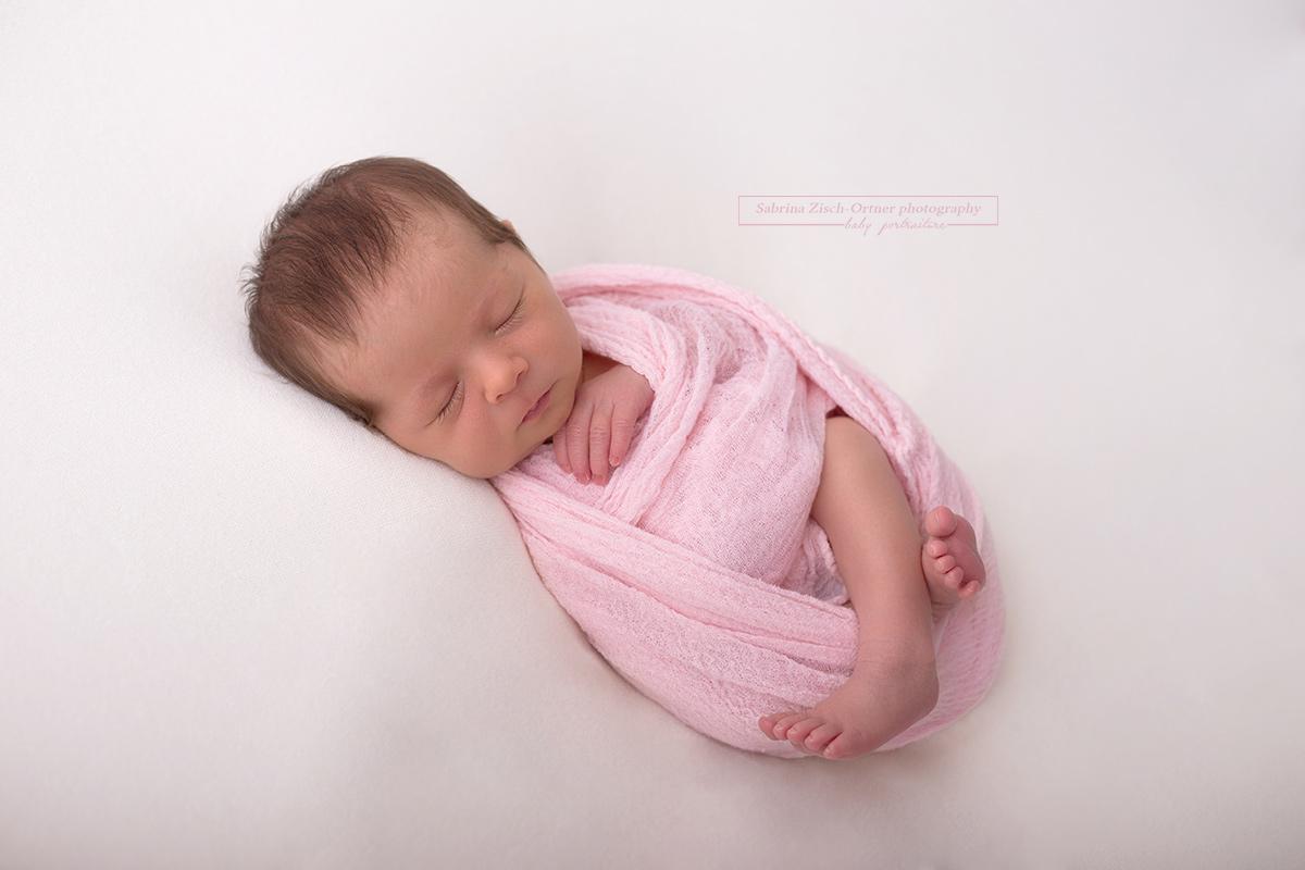 ein schlafendes baby oder auch nicht neugeborenen fotografin sabrina zisch ortner. Black Bedroom Furniture Sets. Home Design Ideas
