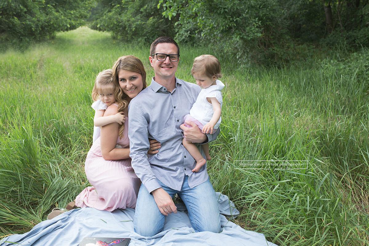 Glücklich strahlende Eltern mit ihren Töchtern