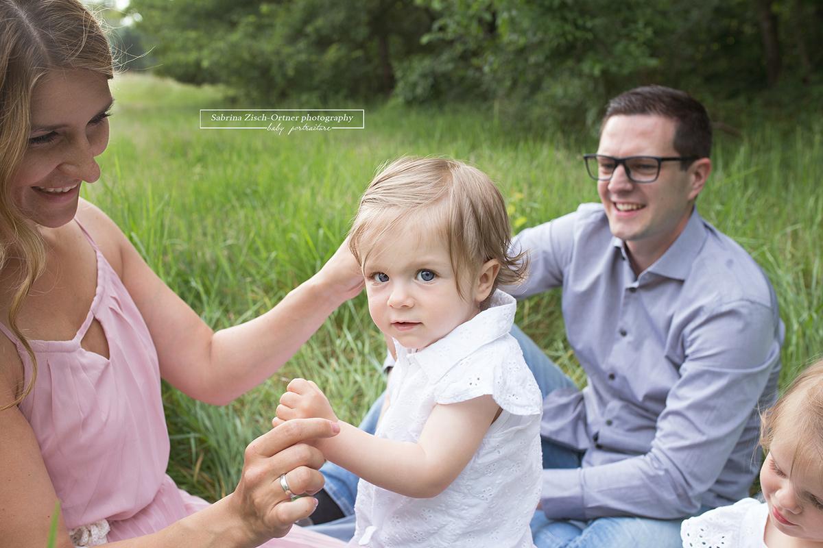 Jüngste Tochter schaut direkt in die Kamera