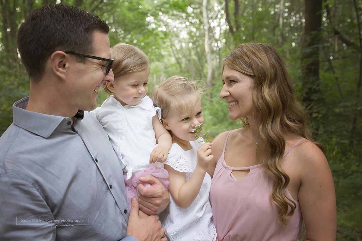 Portrait Aufnahme der lächelnden Familie