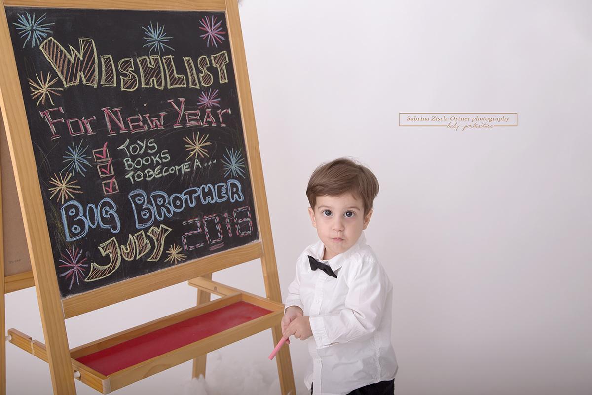 Promoted to big brother Ankündigung mittels einer selbstgeschriebenen Tafel