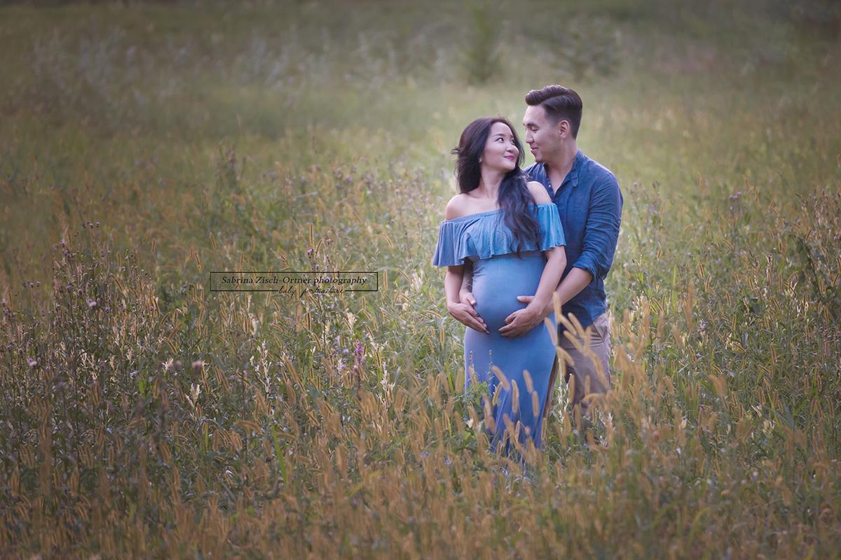 Pärchenfoto in blau im gelb grünen Herbstfeld in Eckartsau