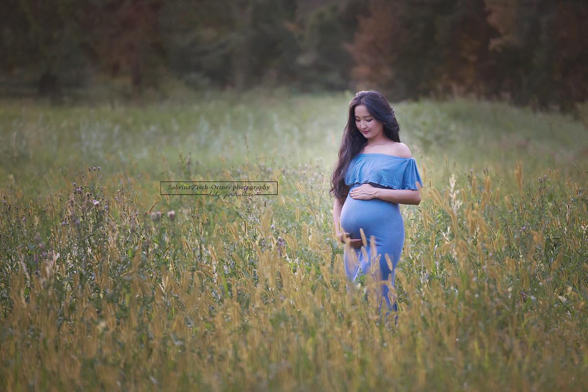 wundervolles Foto mit blauem Kleid im herbstlichen Feld im Schlosspark Eckartsau
