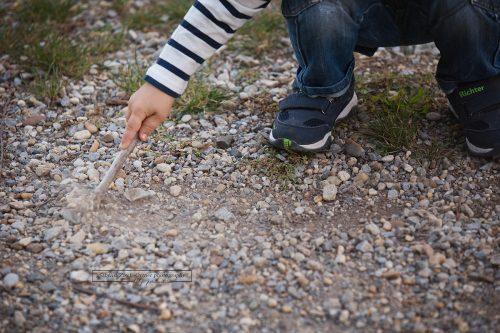 Steine Äste Wald und ein Kind