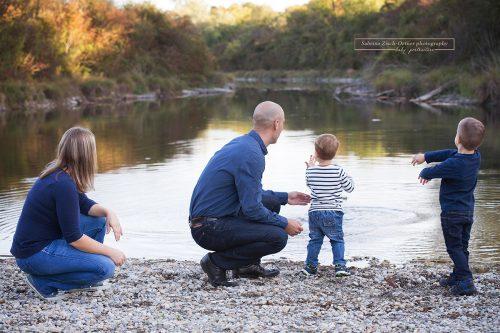 vierköpfige Familie am See