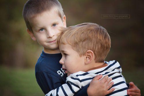 süßes Geschwisterfoto der beiden Jungs