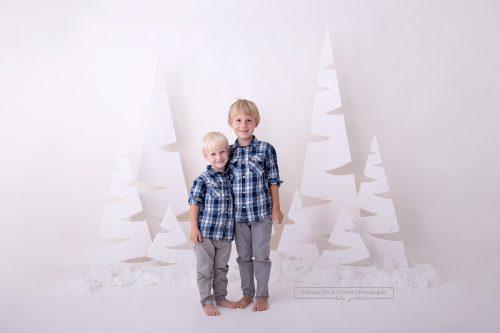 2019 Familienfoto für Weihnachten im weißen Zauberwald