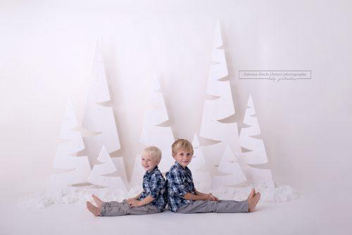 Geschwister sitzen vor dem seltgemachten Weihnacht-Setup in Donaustadt