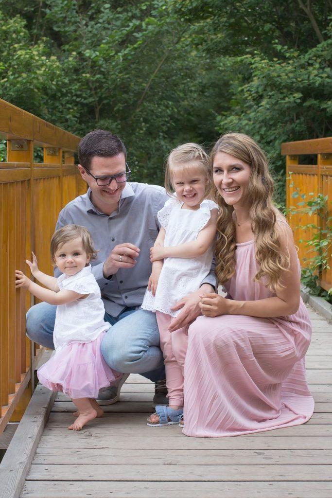 Vierköpfige Familie auf der Brücke in der Natur bei ihrem Familienfotoshooting