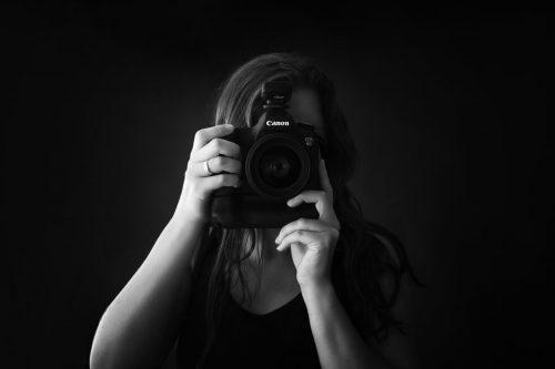 Selbstportrait der Babybauch und Neugeborenen Fotografin in Schwarz Weiss