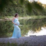blaue Schwangerschaftskleid fotografiert beim Wasser