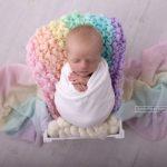 Baby in Regenbogenfarben aufgenommen von der Fotografin im Fotostudio in 1220 Wien