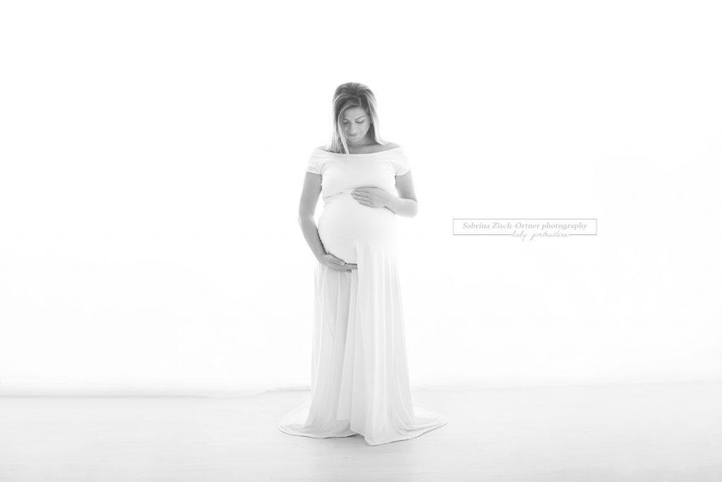 wunderschönes Ganzkörperfoto der Schwangeren im Gegenlicht in SW