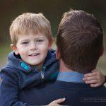 Der lachende Blick über Papas Schulter
