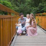 Die drei Mädels lachen in die Kamera während der Papa unfug treibt