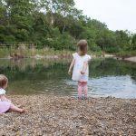 Die zwei Schwestern spielend am Wasser