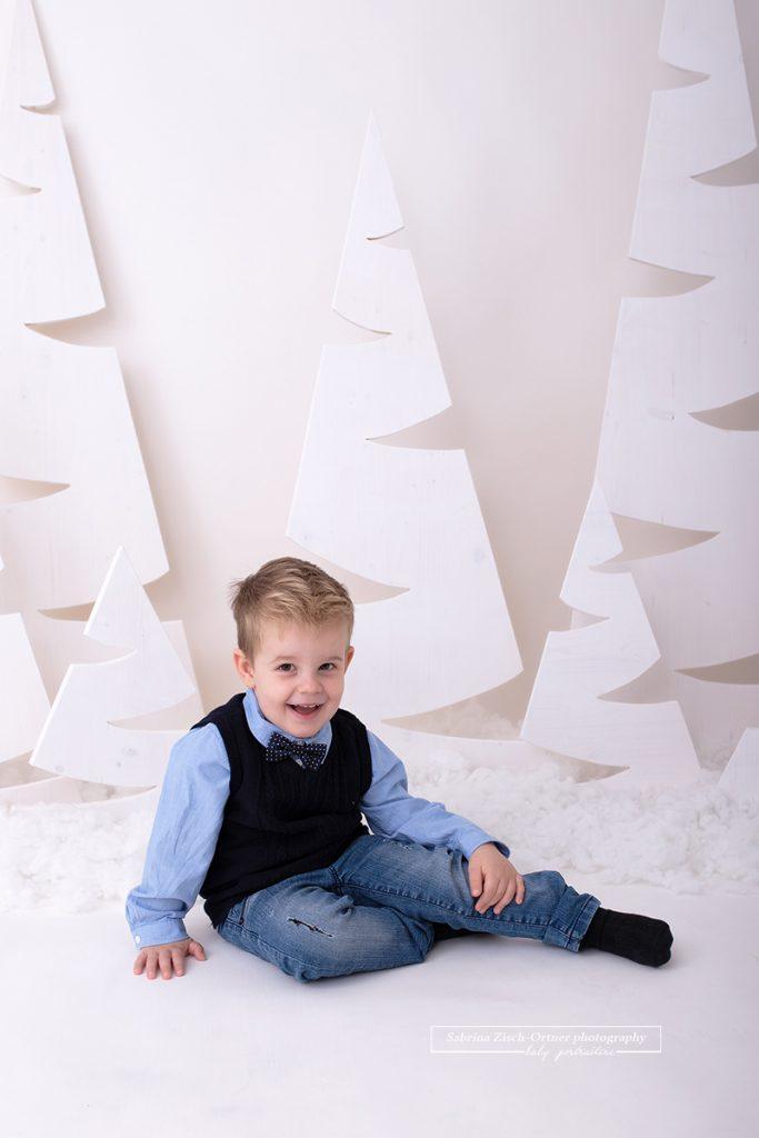 auch wenn man als Familie kommt werden Einzelfotos der Kinder gemacht, sowie dieses Foto des kleinen dreijährigen Mannes welches ihn sitzend mit Hemd und Masche zeigt.