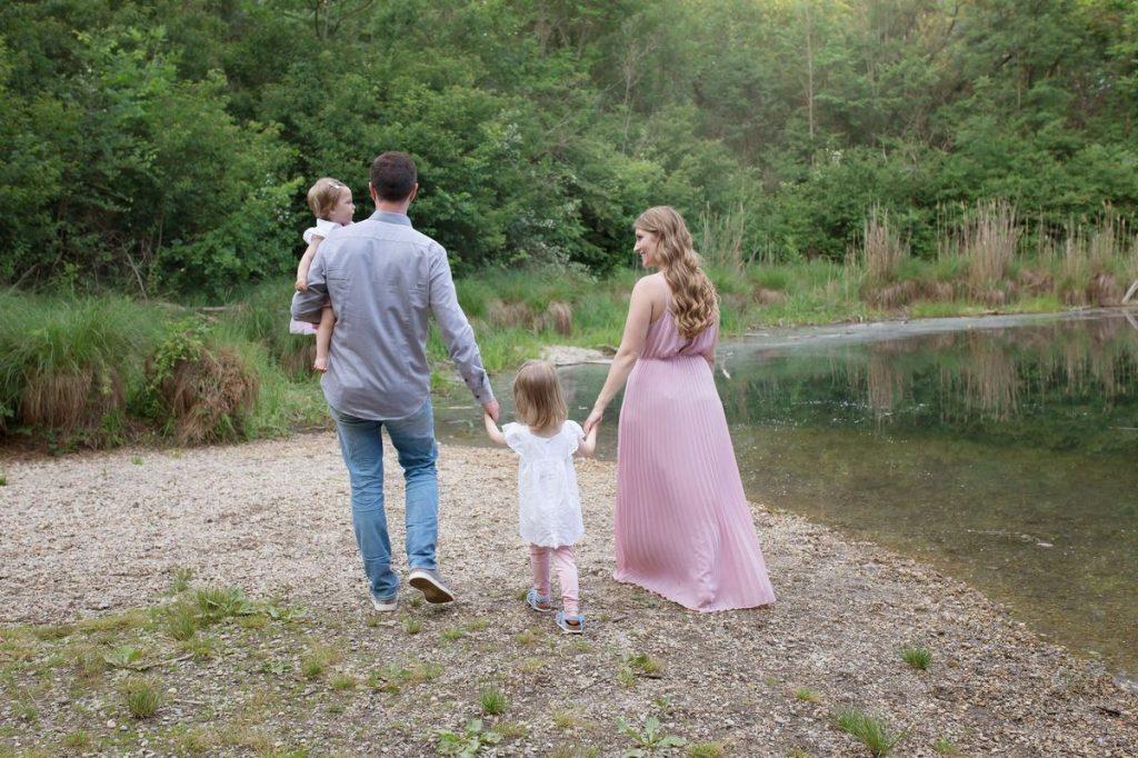 FAQ Familien Fotoshooting Informationen Fotograf Familie spaziert gemütlich am See entlang