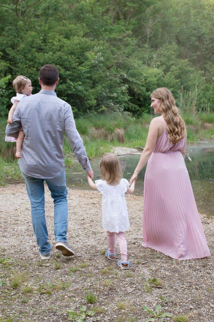 FAQ Familien Shooting Wien und Umgebung Familie spaziert am See entlang