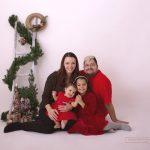 Familie in der passenden Farbe Rot für das jährliche Weihnachtsfotoshooting