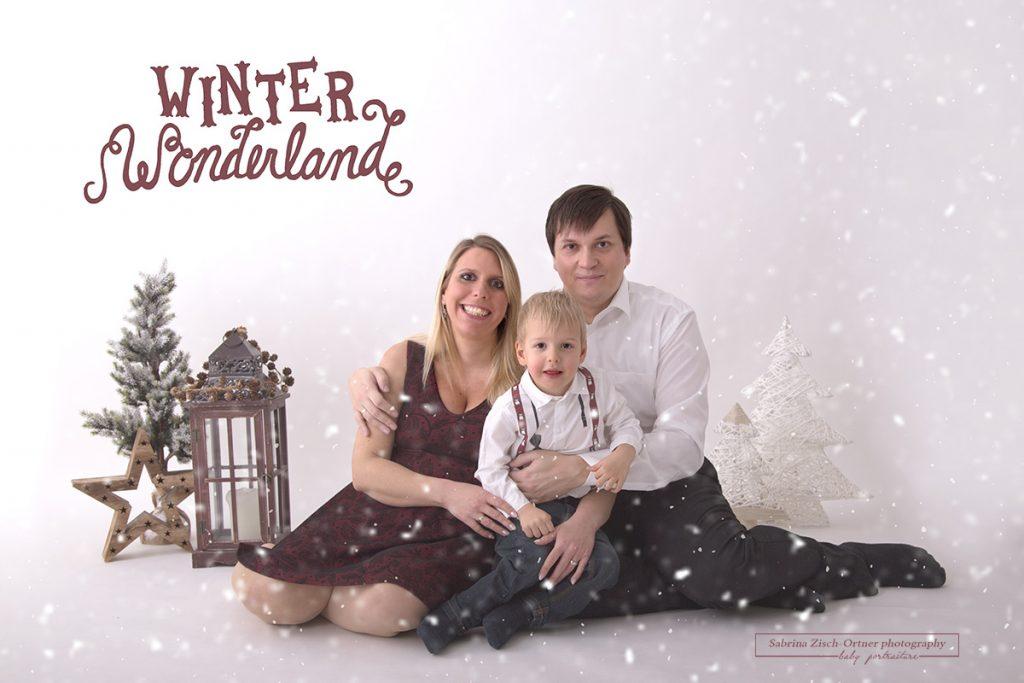 farblich in rot, weiß und grün harmonisch zusammenpassendes Familienfoto für Weihnachten
