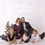 Vierköpfige Familie mit ihrem neuen Hunde Familienmitglied bei der Weihnachtsmini Fotosession