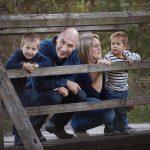 Familienfoto bei Outdoor Fotoshooting mit alten Brücke