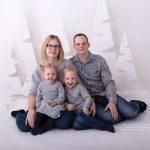 Familienfoto der süßen Familie in grau gekleidet eignet sich perfekt als Weihnachtsgeschenk bzw. als Weihnachtskarte
