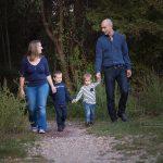 Familienfoto mit Hintergrund Wald