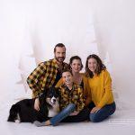 Familienfoto im sitzen vor den 180m hohen Weihnachtsbäumen mit Hund und Teenagern