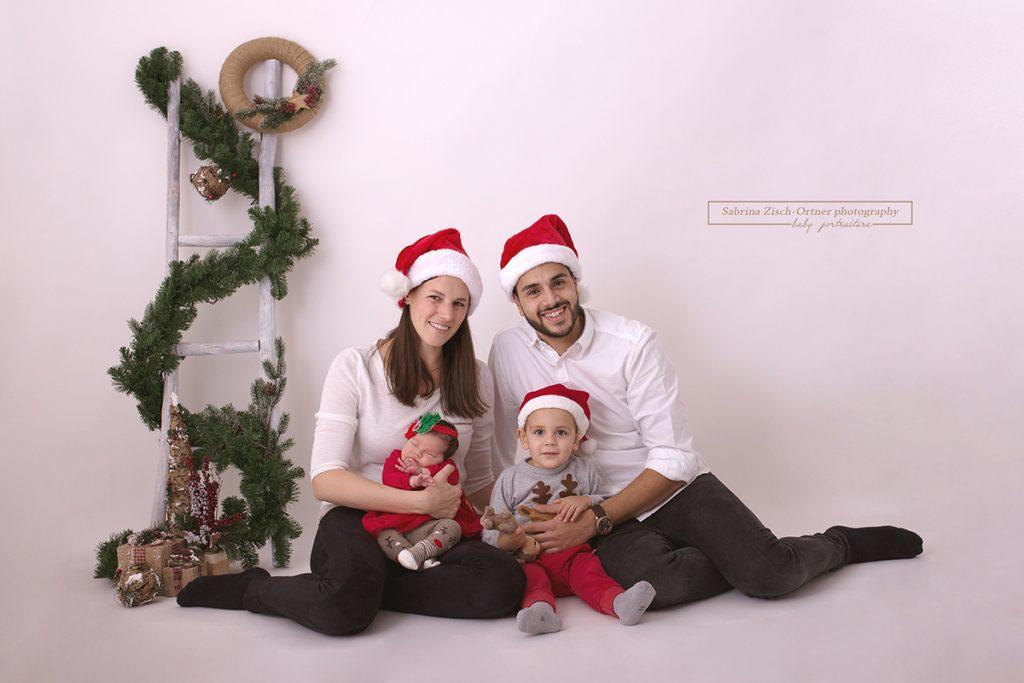 Familienfoto mit Weihnachtsmützen beim Fotoshooting in 1220 Wien