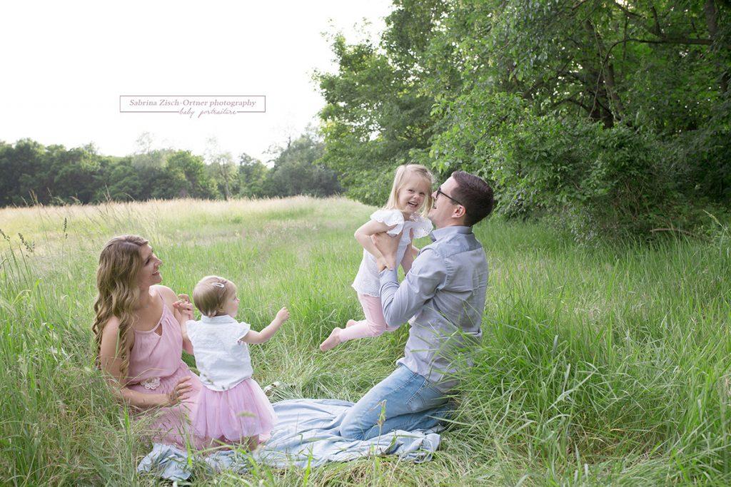 Familienfotos im grünen Feld