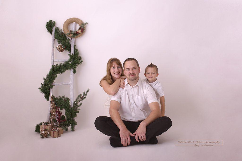 Familienfotos mit weihnachtlicher Kulisse in weiß gehalten