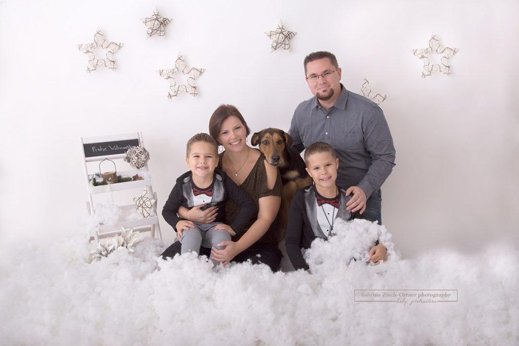 4 köpfige Familie mit Hund bei Weihnachtsfotoshooting
