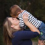 Mama und ihr Sohn bei Outdoor Fotoshooting