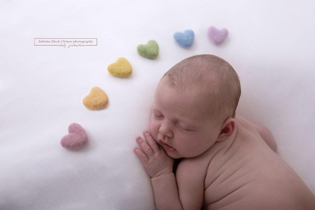 Fotoshooting mit Regenbogenbaby und Filz Herzchen bei Sabrina Zisch