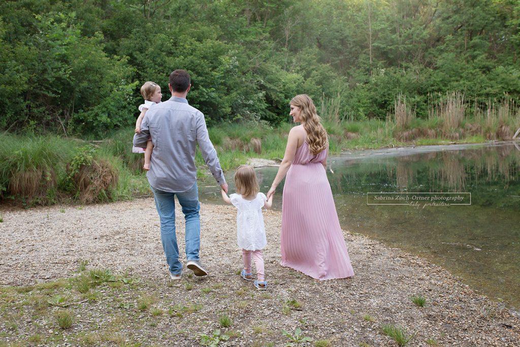 gehendes Familienfoto nahe dem Wasser