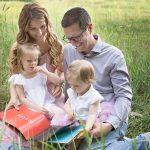 Lesen als gemeinsame Beschäftigung während des Familienfotoshootings