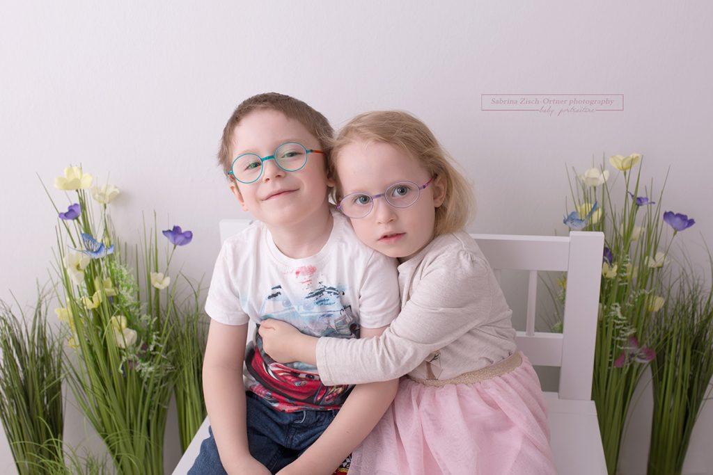 Geschwister knuddeln bei Frühlingsminisession