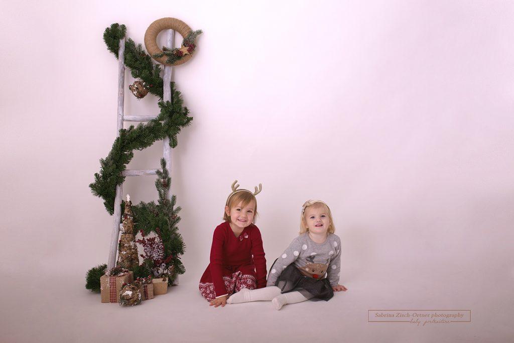 Geschwisterfoto bei Weihnachts Fotoshooting bei der Fotografin Sabrina Zischortner