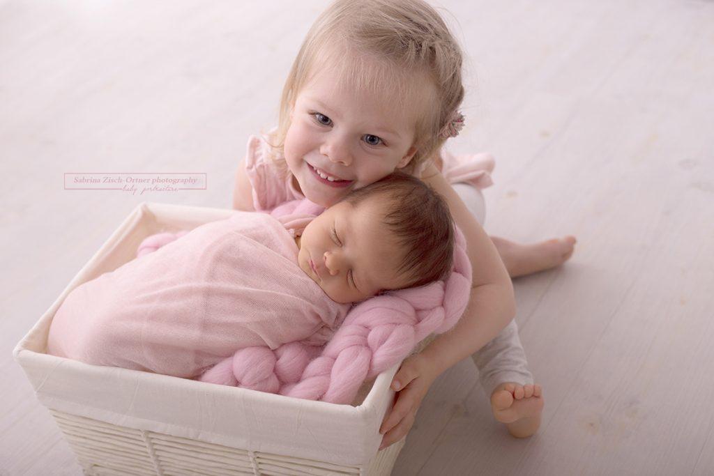Geschwisterfoto der zwei kleinen Mädels