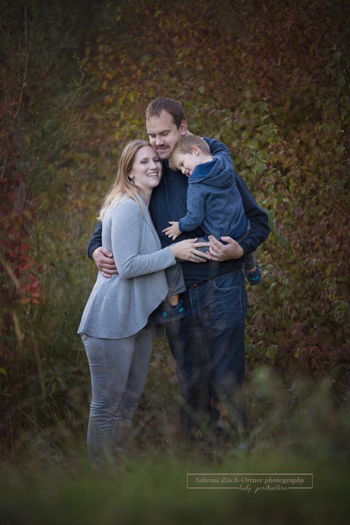 strahlende Herbstfarben, ein Fotograf und eine glückliche Familie