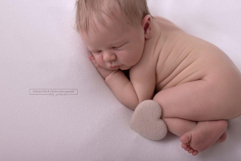 Herz Accessoire mit Neugeborenem Bub