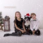 lachenden Kinder mit Hund im Schnee fallenden Weihnachtsset