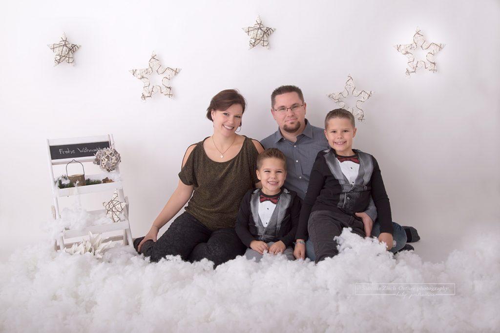 klassisches Familienfoto zu Viert bei der Wiener Fotografin Zisch-Ortner