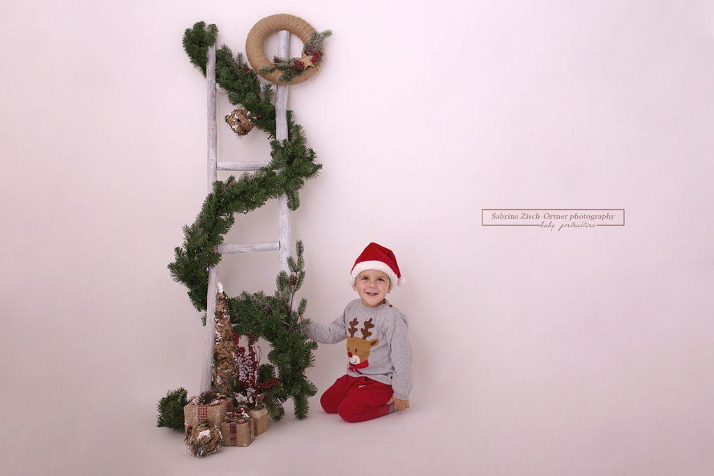 Kleiner Weihnachtsmann beim weihnachtlichen Fotoshooting in Wien