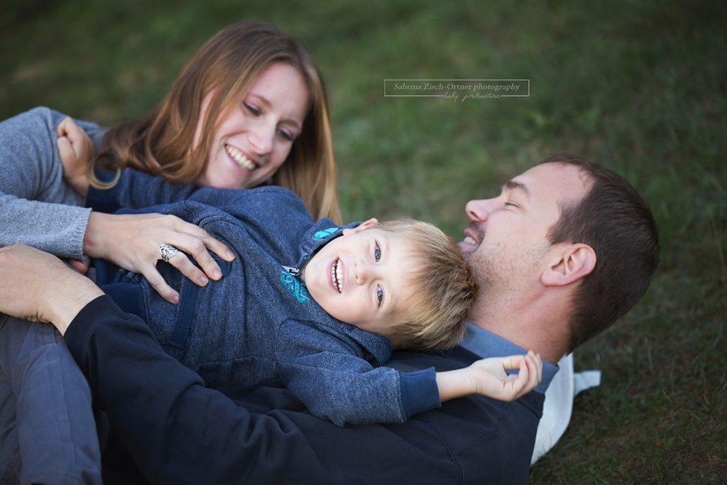 Kuscheliges Familienfoto auf der Wiese