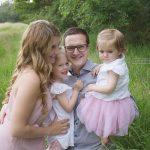Kuschelndes Familienfoto in der Wiese