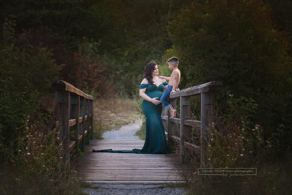 Mama, Sohn und Babybauch